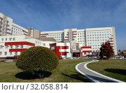 Купить «Алтайская краевая клиническая больница в нагорной части Барнаула», фото № 32058814, снято 30 сентября 2016 г. (c) Free Wind / Фотобанк Лори