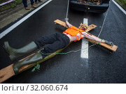 A car drag a young man down the road, they use scary costumes in the traditional carnival of Zubieta (Navarra).They are the so-called 'Mozorros' that represent... (2019 год). Редакционное фото, фотограф Joaquín Gómez / age Fotostock / Фотобанк Лори