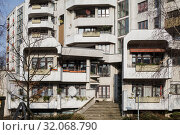 Housing estate on Kottbusser Damm in Berlin-Kreuzberg (2018 год). Редакционное фото, агентство Caro Photoagency / Фотобанк Лори