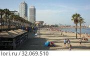 Купить «Crowded beach in Barcelona seaside, Spain», видеоролик № 32069510, снято 29 июня 2019 г. (c) Яков Филимонов / Фотобанк Лори