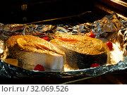 Приготовление рыбы в духовке. Два куска семги в фольге запекаются в духовке. Стоковое фото, фотограф ирина реброва / Фотобанк Лори