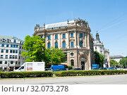 Купить «Neue Börse. Lenbachplatz. Munich. Germany», фото № 32073278, снято 18 июня 2019 г. (c) E. O. / Фотобанк Лори