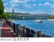 Moscow, Russia - July 27, 2019: Luzhniki Metro Bridge across the Moskva River in the Vorobyovy Gory. Редакционное фото, фотограф Григорий Стоякин / Фотобанк Лори