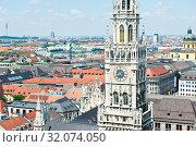 Новая ратуша (Neues Rathaus) и вид на город с высоты птичьего полета. Летний день. Мюнхен. Бавария. Германия (2019 год). Редакционное фото, фотограф E. O. / Фотобанк Лори