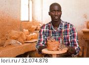 Купить «Craftsman moulding wet clay», фото № 32074878, снято 6 августа 2019 г. (c) Яков Филимонов / Фотобанк Лори