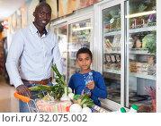 Купить «man and tween kid making purchases», фото № 32075002, снято 15 апреля 2019 г. (c) Яков Филимонов / Фотобанк Лори