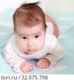 Купить «Портрет двухмесячного ребенка держащего голову», фото № 32075798, снято 5 августа 2019 г. (c) Кекяляйнен Андрей / Фотобанк Лори