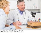 Купить «Professor of medicine training colleague», фото № 32076282, снято 13 июля 2020 г. (c) Яков Филимонов / Фотобанк Лори
