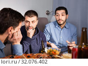 Купить «Troubled male friends talking, drinking beer with pizza at home», фото № 32076402, снято 10 января 2018 г. (c) Яков Филимонов / Фотобанк Лори