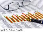 Купить «Finanzen mit Chart, Zahlentabelle und Brille», фото № 32078706, снято 13 ноября 2019 г. (c) easy Fotostock / Фотобанк Лори