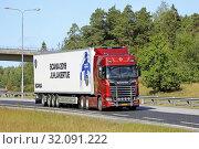 Купить «Turku, Finland. August 24, 2019. Next Generation Scania S650 V8 50 years anniversary truck pulls semi trailer on road. Scania in Finland 70 years tour. Credit: Taina Sohlman/agefotostock», фото № 32091222, снято 24 августа 2019 г. (c) age Fotostock / Фотобанк Лори