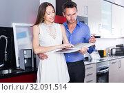 Купить «middle class positive family selecting kitchen furniture», фото № 32091514, снято 15 июня 2017 г. (c) Яков Филимонов / Фотобанк Лори