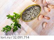 Купить «Eel fry with garlic in open tin», фото № 32091714, снято 30 марта 2020 г. (c) Яков Филимонов / Фотобанк Лори
