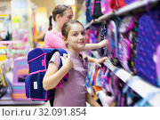 Купить «girls in store choosing briefcases for school.», фото № 32091854, снято 21 сентября 2019 г. (c) Дарья Филимонова / Фотобанк Лори