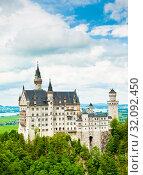 Вид на замок Нойшванштайн (Нейшванштейн, Schloss Neuschwanstein). Лето. Бавария. Германия (2019 год). Стоковое фото, фотограф E. O. / Фотобанк Лори