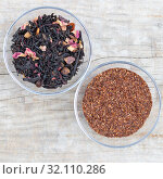 Loose black tea flavored tea and superior rooibos in a glass cup. Стоковое фото, фотограф ok_fotoday / Фотобанк Лори