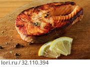Кусок жареной семги. Жареная рыба с лимоном на деревянной доске. Стоковое фото, фотограф ирина реброва / Фотобанк Лори