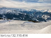 Купить «Ski slope on a background of a snowy mountain range, Zillertal Arena, Austria», фото № 32110414, снято 4 января 2011 г. (c) Юлия Бабкина / Фотобанк Лори