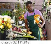 Купить «Florist preparing gerberas for bouquet», фото № 32111818, снято 14 февраля 2019 г. (c) Яков Филимонов / Фотобанк Лори