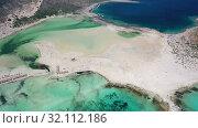 Aerial view on Balos lagoon with sandy sea beach. Crete, Greece. (2019 год). Стоковое видео, видеограф Serg Zastavkin / Фотобанк Лори