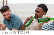 Купить «male friends eating pizza with beer on rooftop», видеоролик № 32112578, снято 27 июля 2019 г. (c) Syda Productions / Фотобанк Лори