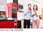 Couple choosing materials for kitchen furnishing. Стоковое фото, фотограф Яков Филимонов / Фотобанк Лори
