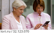 Купить «happy senior women with smartphones in city», видеоролик № 32123070, снято 25 августа 2019 г. (c) Syda Productions / Фотобанк Лори