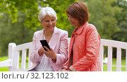 Купить «happy senior women with smartphone at summer park», видеоролик № 32123102, снято 25 августа 2019 г. (c) Syda Productions / Фотобанк Лори
