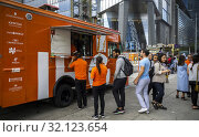 Passer-by line up for free smoothies at the IHG Hotels and Resorts branding event outside of Hudson Yards in New York on Thursday, June 6, 2019. Smoothies... Редакционное фото, фотограф Richard Levine / age Fotostock / Фотобанк Лори