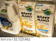 Containers of Canadian based Happy Planet brand oat milk in the plant-based milk cooler in a supermarket in New York on Wednesday, June 12, 2019. (© Richard B. Levine). Стоковое фото, фотограф Richard Levine / age Fotostock / Фотобанк Лори