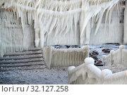 Купить «Мощное обледенение ограждений на променаде суровой зимой. Зеленоградск, Калининградская область», фото № 32127258, снято 11 января 2017 г. (c) Ирина Борсученко / Фотобанк Лори