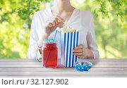 Купить «woman eating popcorn with drink in glass mason jar», фото № 32127902, снято 28 мая 2015 г. (c) Syda Productions / Фотобанк Лори