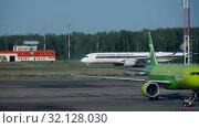 Купить «Singapore Airlines Airbus A350 taxiing after landing», видеоролик № 32128030, снято 14 июня 2019 г. (c) Игорь Жоров / Фотобанк Лори