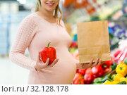 Купить «pregnant woman buying vegetables at grocery store», фото № 32128178, снято 1 февраля 2017 г. (c) Syda Productions / Фотобанк Лори