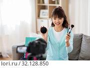 Купить «female beauty blogger making video about make up», фото № 32128850, снято 13 апреля 2019 г. (c) Syda Productions / Фотобанк Лори