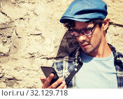 Купить «hipster man texting message on smartphone», фото № 32129718, снято 15 июня 2016 г. (c) Syda Productions / Фотобанк Лори