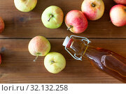 Купить «bottle of apple juice or vinegar on wooden table», фото № 32132258, снято 23 августа 2018 г. (c) Syda Productions / Фотобанк Лори