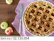 Купить «close up of apple pie in baking mold and knife», фото № 32133054, снято 23 августа 2018 г. (c) Syda Productions / Фотобанк Лори
