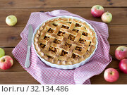 Купить «close up of apple pie in baking mold and knife», фото № 32134486, снято 23 августа 2018 г. (c) Syda Productions / Фотобанк Лори