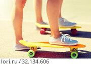 Купить «close up of female feet riding short skateboard», фото № 32134606, снято 19 июля 2016 г. (c) Syda Productions / Фотобанк Лори