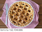 Купить «close up of apple pie in baking mold and knife», фото № 32134666, снято 23 августа 2018 г. (c) Syda Productions / Фотобанк Лори