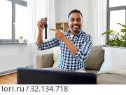 Купить «male blogger recording video review of smart watch», фото № 32134718, снято 21 апреля 2019 г. (c) Syda Productions / Фотобанк Лори