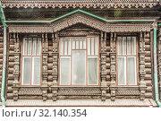 Русский деревянный колоритный срубный дом из бревна  . Фасад и окна . Стоковое фото, фотограф Сергеев Валерий / Фотобанк Лори