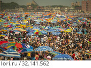 Thousands of beachgoers try to beat the heat and humidity at Coney Island in Brooklyn in New York and literally pack the beach on Independence Day, Thursday, July 4, 2019. (© Richard B. Levine). Редакционное фото, фотограф Richard Levine / age Fotostock / Фотобанк Лори