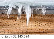 Купить «Transparent icicles on the roof of the house», фото № 32145594, снято 3 февраля 2019 г. (c) FotograFF / Фотобанк Лори