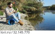 Купить «Bearded fisherman fishing on weekend in the river», видеоролик № 32145770, снято 12 апреля 2019 г. (c) Яков Филимонов / Фотобанк Лори