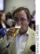 Armin Laschet, der Landesvorsitzende der CDU Nordrhein-Westfalen, erlaubt sich zufrieden mit dem Wahlergebnis ein Bier waehrend eines Interviews. Стоковое фото, фотограф Zoonar.com/Felix Linde / age Fotostock / Фотобанк Лори
