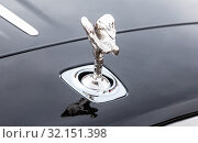 "Emblem ""Spirit of Ecstasy"" on the bumper of the Rolls-Royce (2018 год). Редакционное фото, фотограф FotograFF / Фотобанк Лори"