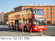 Red City Sightseeing Bus awaits passengers near St. Isaac's Cathedral and Angleterre Hotel (2018 год). Редакционное фото, фотограф Юлия Бабкина / Фотобанк Лори