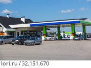 Cars are refueled by petrol. Стоковое фото, фотограф Юрий Бизгаймер / Фотобанк Лори